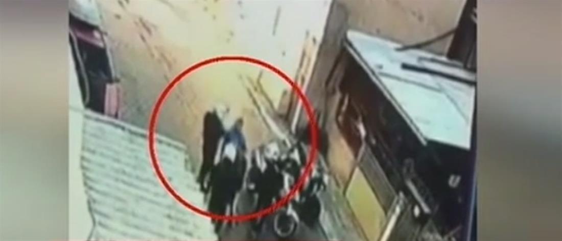 Παραδόθηκε ο αστυνομικός που καταγράφηκε να χαστουκίζει ανήλικο