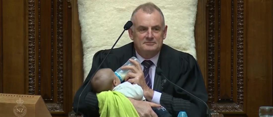 Νέα Ζηλανδία: ο Πρόεδρος της Βουλής ταΐζει μωρό με το μπιμπερό! (εικόνες)