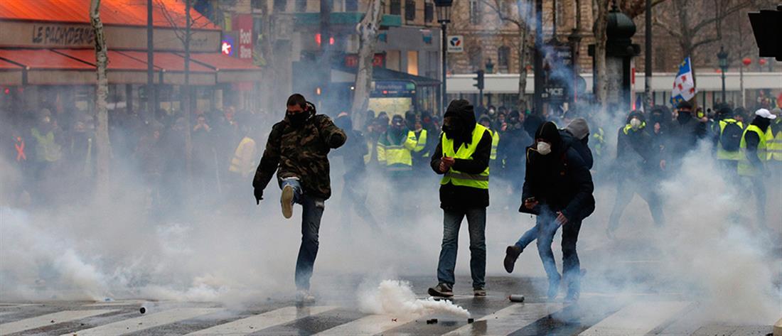 """""""Κίτρινα γιλέκα"""": Σοβαρά τραυματισμένος διαδηλωτής από χειροβομβίδα (βίντεο)"""
