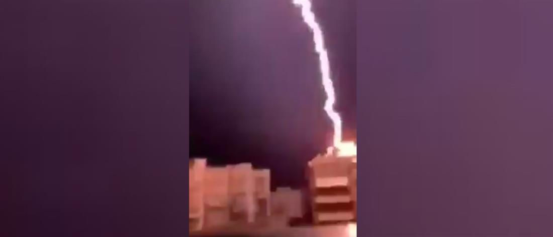 Κεραυνός πέφτει σε πολυκατοικία! (βίντεο)