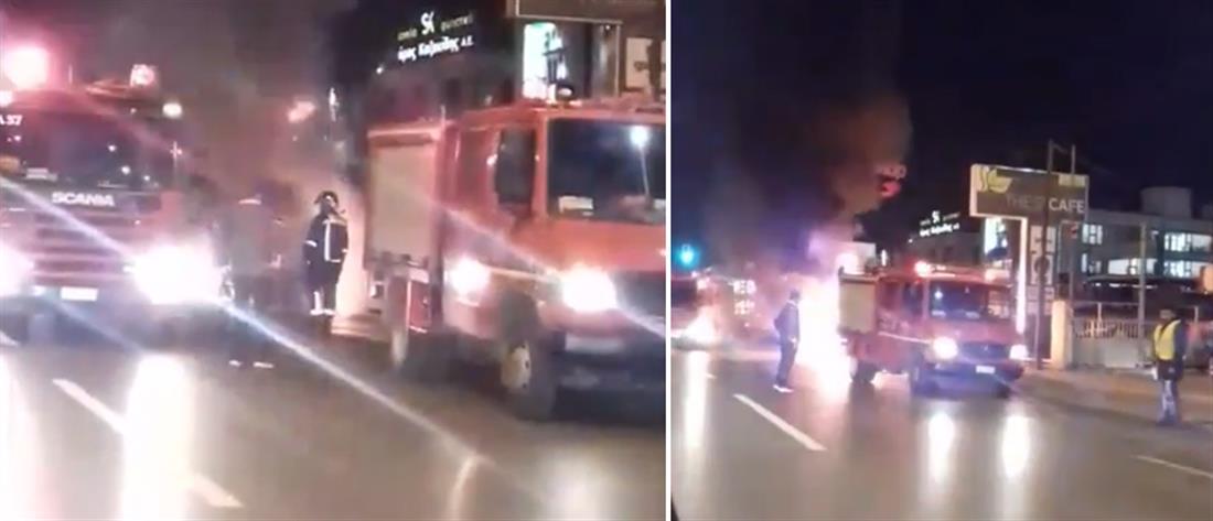 """Η στιγμή που αυτοκίνητο """"λαμπαδιάζει"""" σε κεντρικό δρόμο της Θεσσαλονίκης (βίντεο)"""