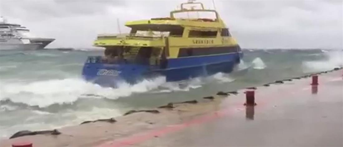 """Κύματα """"σφυροκοπούν"""" πλοίο που προσπαθεί να δέσει στο λιμάνι (βίντεο)"""