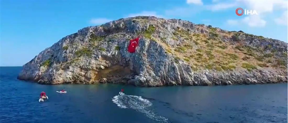 Ύψωσαν τεράστια τουρκική σημαία απέναντι από τα Ίμια (βίντεο)