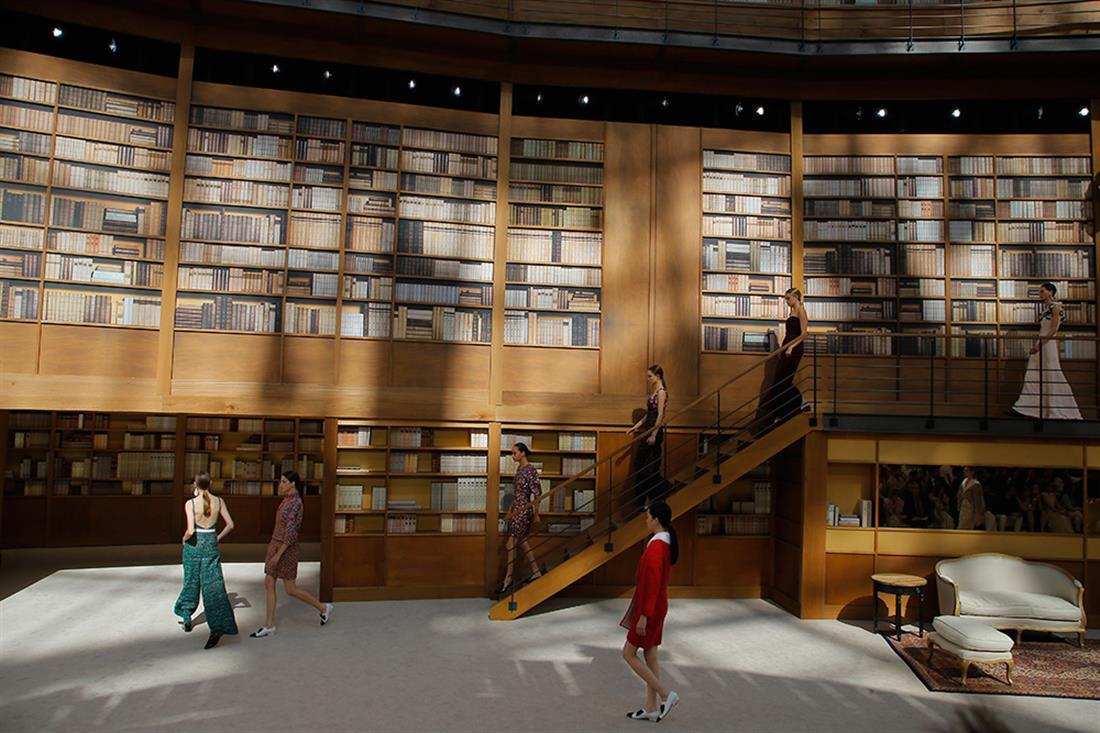 Eπίδειξη μόδας - βιβλιοθήκη