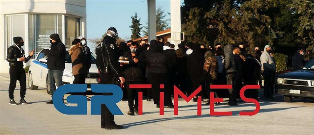 Lockdown: Ένταση σε κηδεία Ρομά (εικόνες)