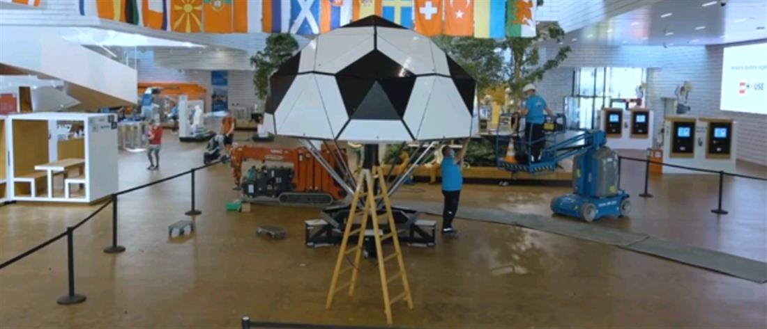 """Euro 2020: η μεγαλύτερη μπάλα ποδοσφαίρου φτιαγμένη από """"τουβλάκια"""" (βίντεο)"""