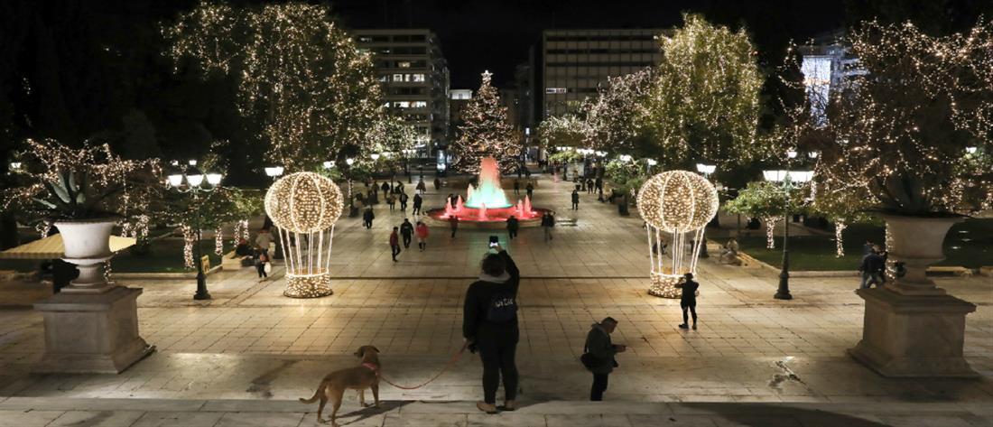 """Πλατεία Συντάγματος: """"Έλαμψε"""" με το χριστουγεννιάτικο δέντρο (βίντεο)"""