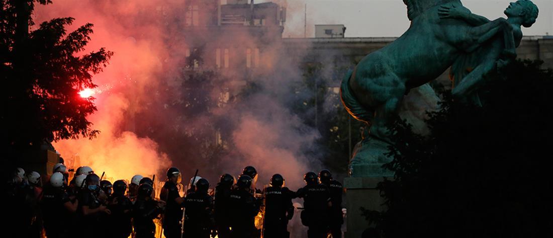 Σερβία: συγκρούσεις διαδηλωτών – αστυνομικών (εικόνες)