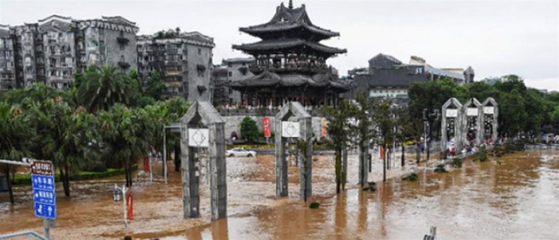 Θάνατοι και απόλυτη καταστροφή από τις πλημμύρες στην Κίνα (βίντεο)