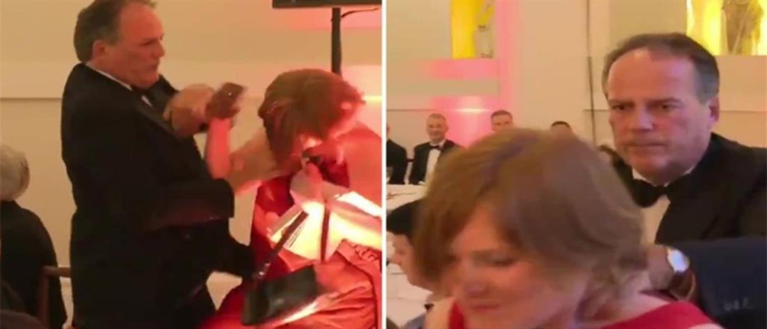 Σε διαθεσιμότητα ο Βρετανός Υπουργός που επιτέθηκε σε διαδηλώτρια (βίντεο)