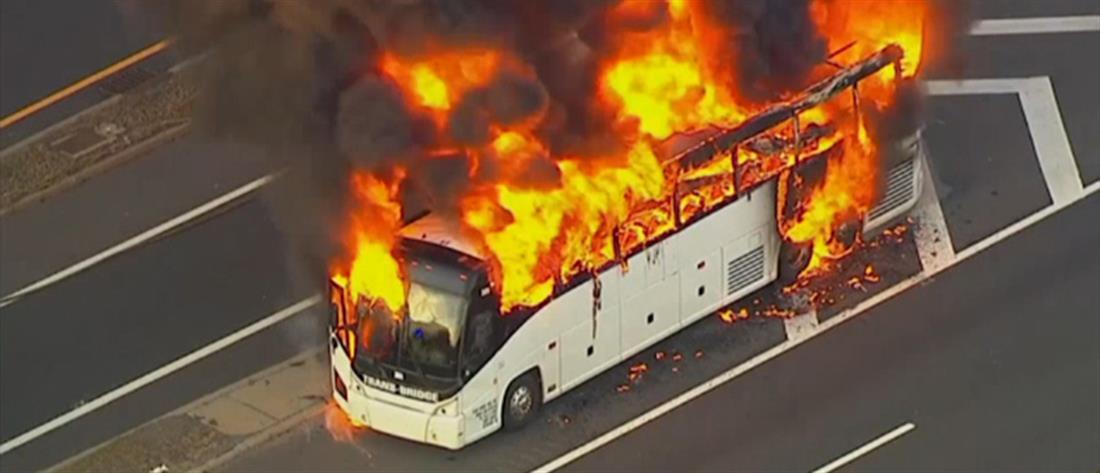 Λεωφορείο εν κινήσει τυλίχθηκε στις φλόγες (βίντεο)