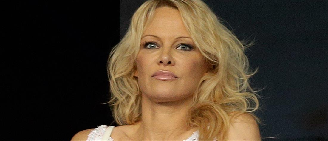 Η Πάμελα Αντερσον κατηγορεί τον σύντροφό της ότι την απατούσε
