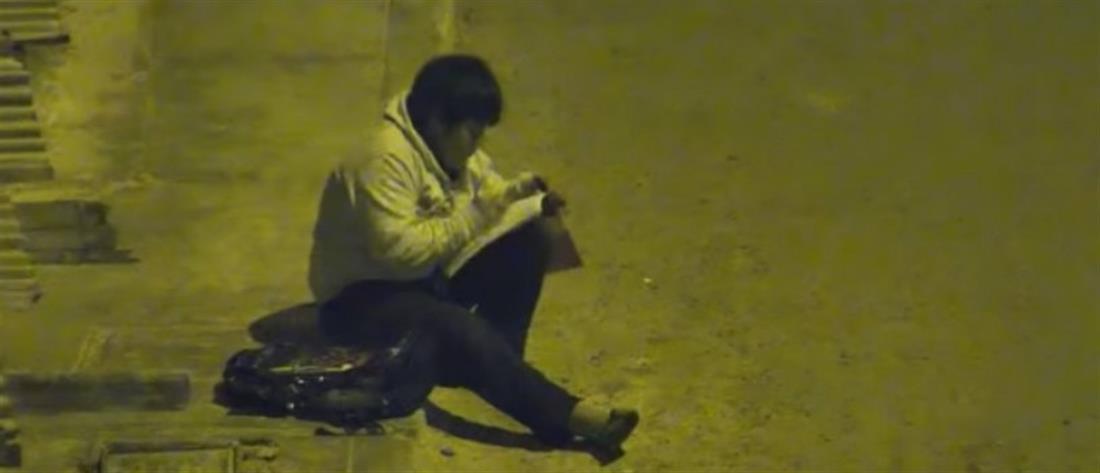 Συγκλονίζει ο 10χρονος που διαβάζει στον δρόμο, επειδή στο σπίτι δεν έχουν ρεύμα (βίντεο)