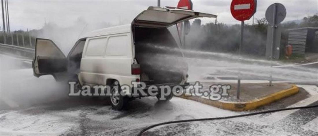 Αυτοκίνητο άρπαξε φωτιά στην μέση του δρόμου (εικόνες)