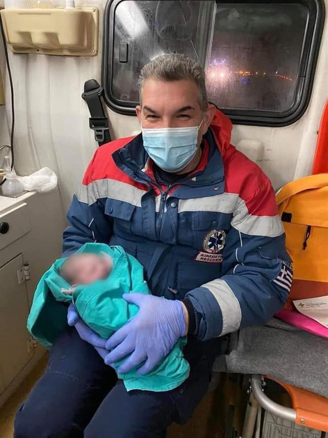 Γέννα - ασθενοφόρο - ΕΚΑΒ