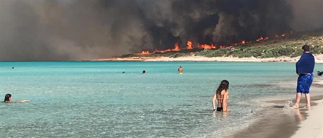 Ενισχύονται οι δυνάμεις στην πυρκαγιά στην Ελαφόνησο