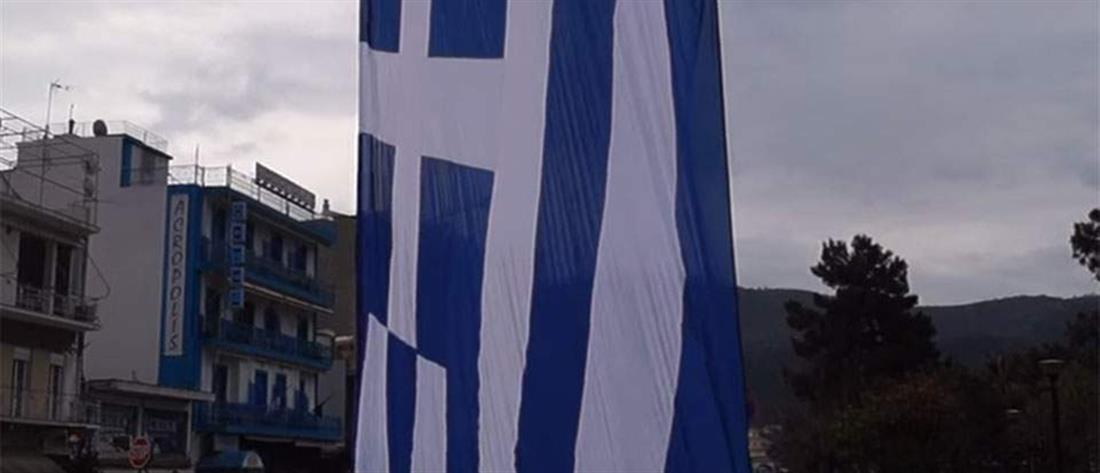 Ελληνική σημαία 350 τετραγωνικών μέτρων κυματίζει στην Ηγουμενίτσα (βίντεο)