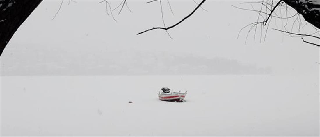 Μαγικές εικόνες: Πάγωσε η λίμνη της Καστοριάς (βίντεο)