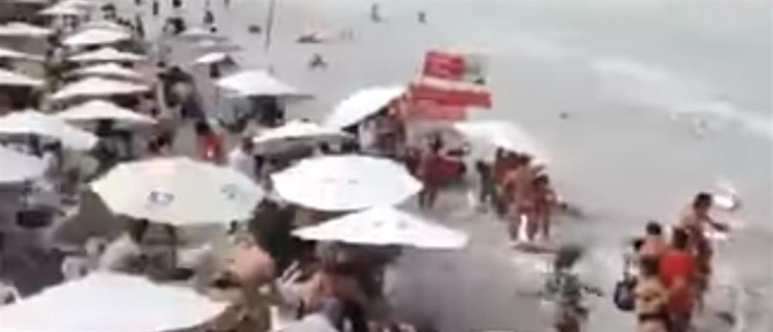 """Τρόμος σε παραλία από """"τσουνάμι"""" (βίντεο)"""