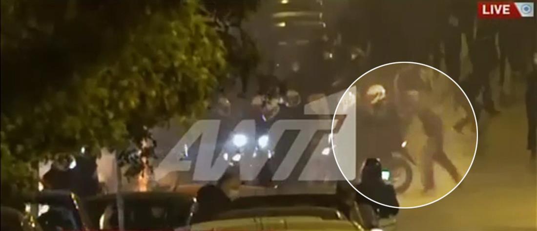 Νέα Σμύρνη: Καρέ-καρέ η επίθεση στον αστυνομικό που τραυματίστηκε (βίντεο)