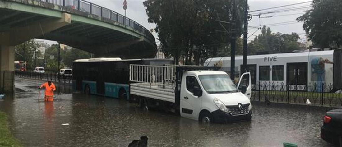 Πλημμύρες από καλοκαιρινό μπουρίνι στην Κωνσταντινούπολη (εικόνες)
