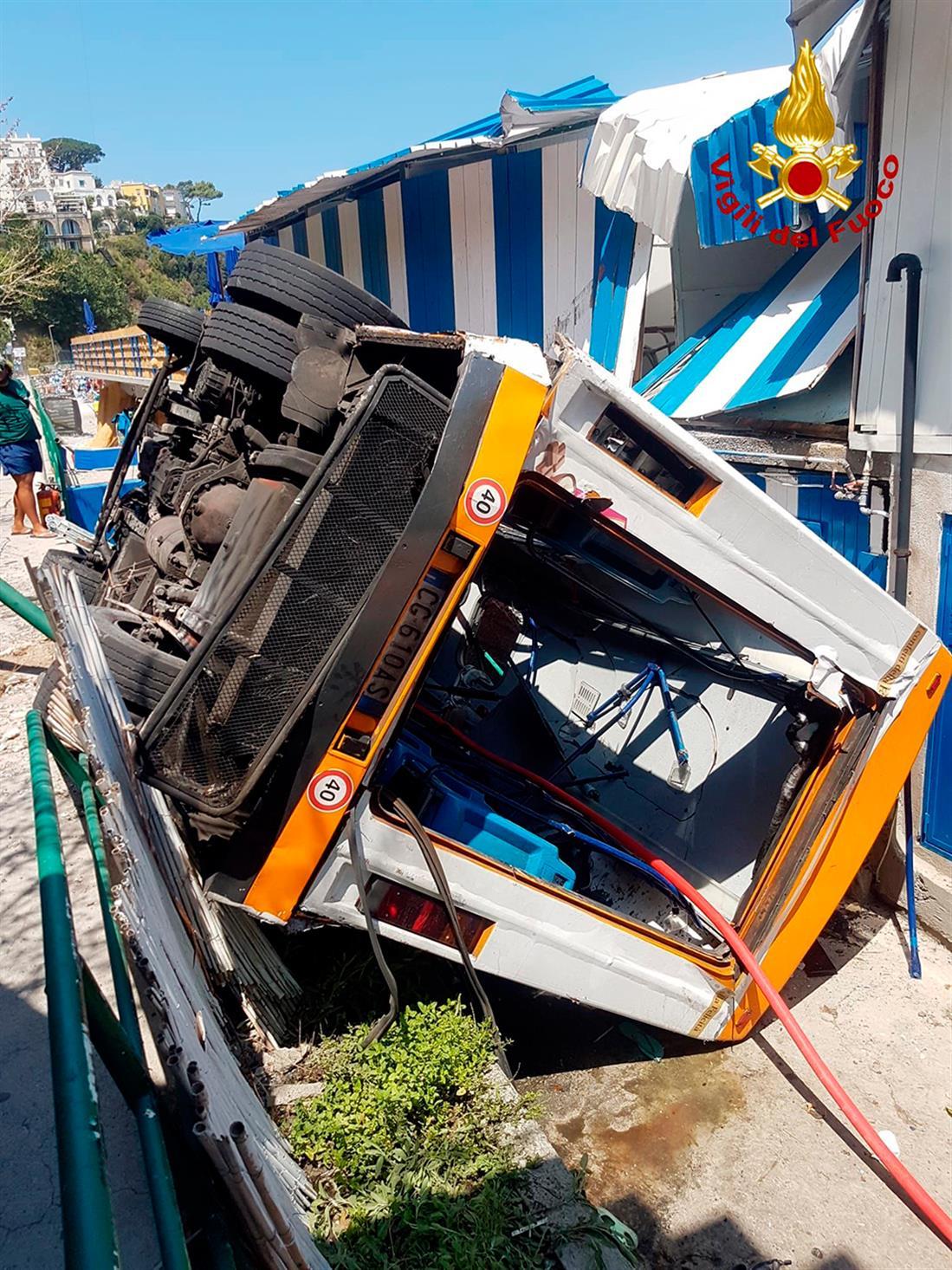 AP - Ιταλία - λεωφορείο - έπεσε σε χαράδρα
