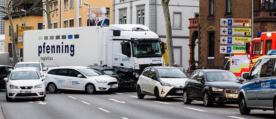 Φορτηγό έπεσε πάνω σε αυτοκίνητα (εικόνες)