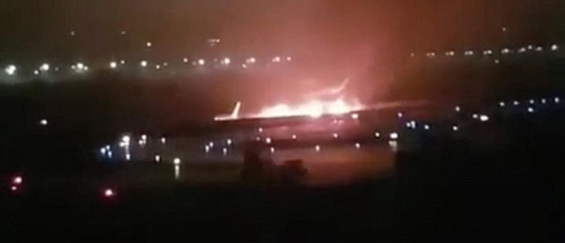 Δραματική διάσωση επιβατών από φλεγόμενο αεροπλάνο στην Ρωσία (βίντεο)