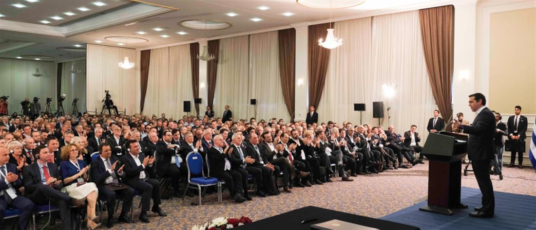 """""""Απόβαση"""" επιχειρηματιών στα Σκόπια, """"στο πλευρό"""" του Πρωθυπουργού"""