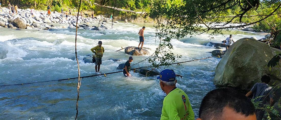 Νεκροί από κατάρρευση πεζογέφυρας (εικόνες)