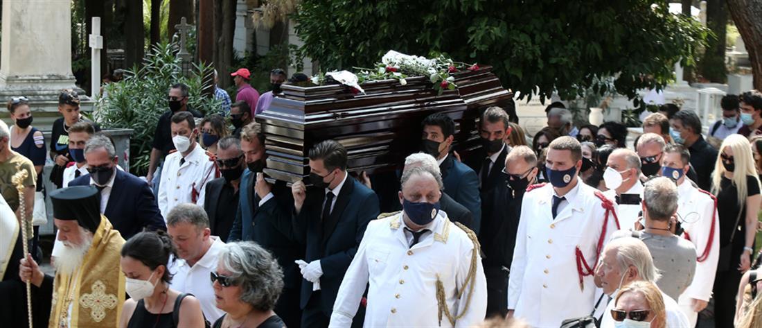 Τόλης Βοσκόπουλος: με τραγούδια και χειροκροτήματα η κηδεία του (εικόνες)