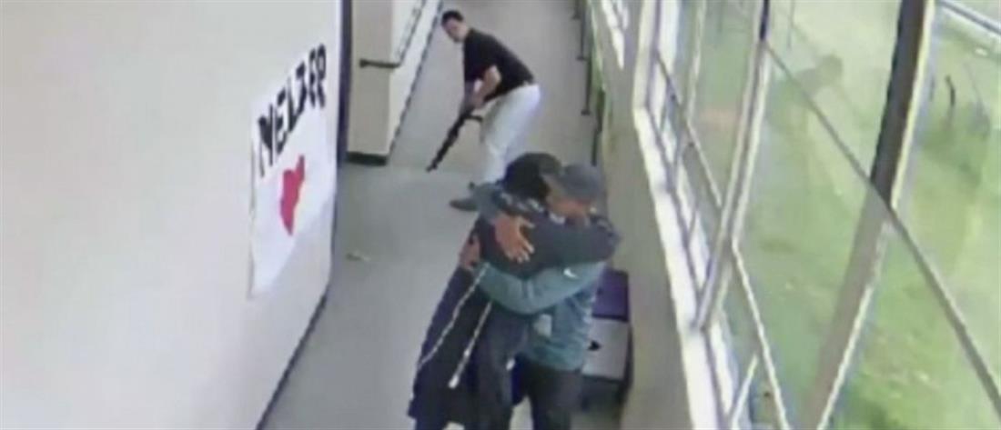 Καθηγήτρια αφοπλίζει μαθητή αγκαλιάζοντάς τον (βίντεο)