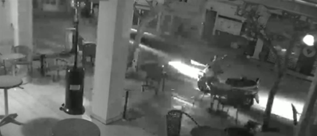Βίντεο: Αυτοκίνητο εκτοξεύει μηχανάκι στον αέρα