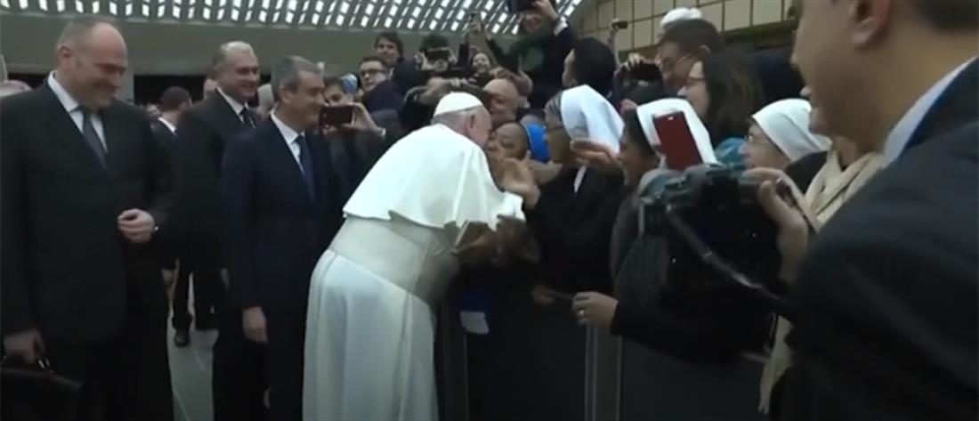 """Πάπας σε αφρικανή καλόγρια: """"θα σε φιλήσω, αλλά μη με δαγκώσεις"""""""