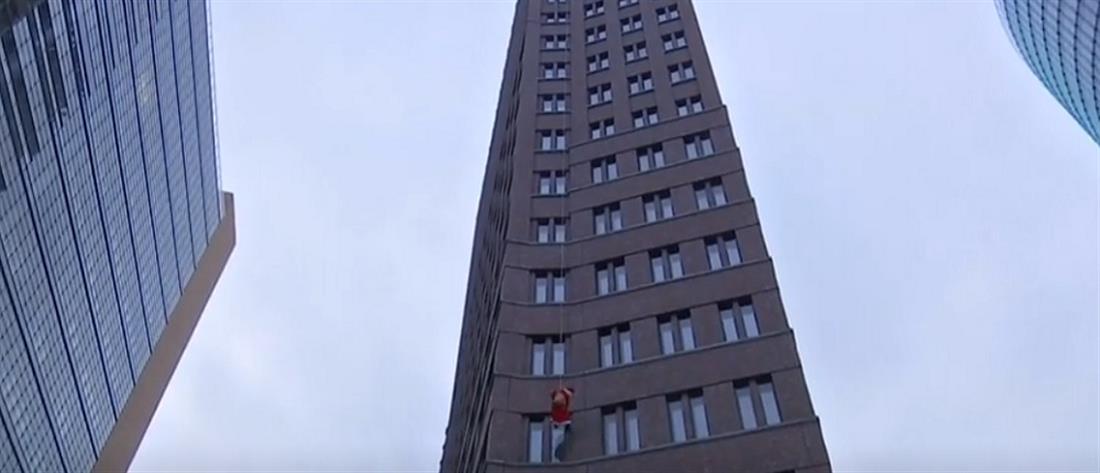 Άγιος Βασίλης έκπληξη κατέβηκε με σχοινί από...oυρανοξύστη (βίντεο)