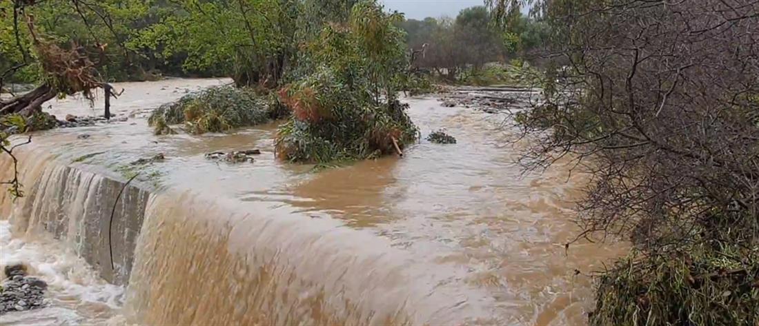 Κρήτη: ανέβηκαν στις ταράτσες για να γλιτώσουν από τα ορμητικά νερά (εικόνες)