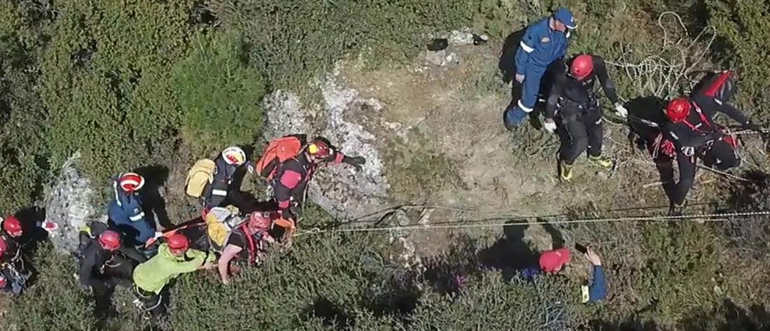 Ξυλόκαστρο: Συγκλονίζει το βίντεο με την ανάσυρση των περιπατητών από το φαράγγι
