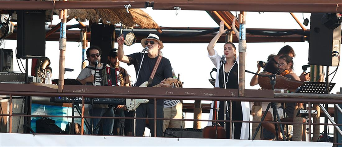 """Θεσσαλονίκη: """" Μυστική"""" συναυλία εν πλω έκανε ο Νίκος Πορτοκάλογλου (εικόνες)"""