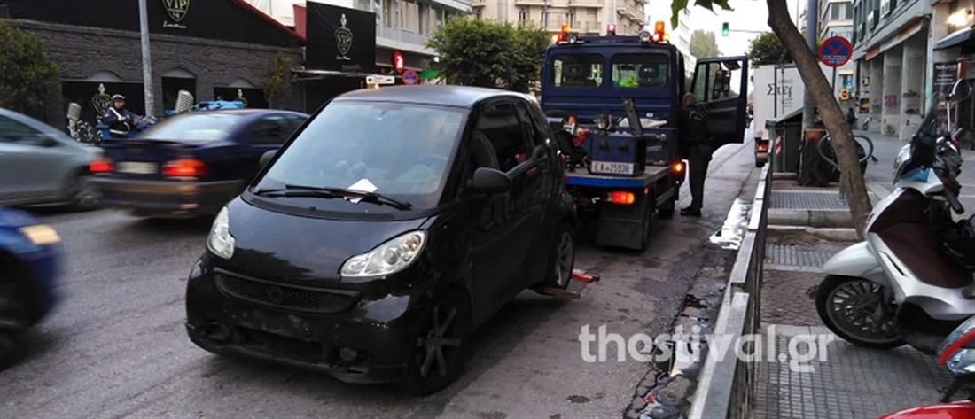 """Γερανός """"σήκωσε"""" παράνομα παρκαρισμένα αυτοκίνητα (εικόνες)"""