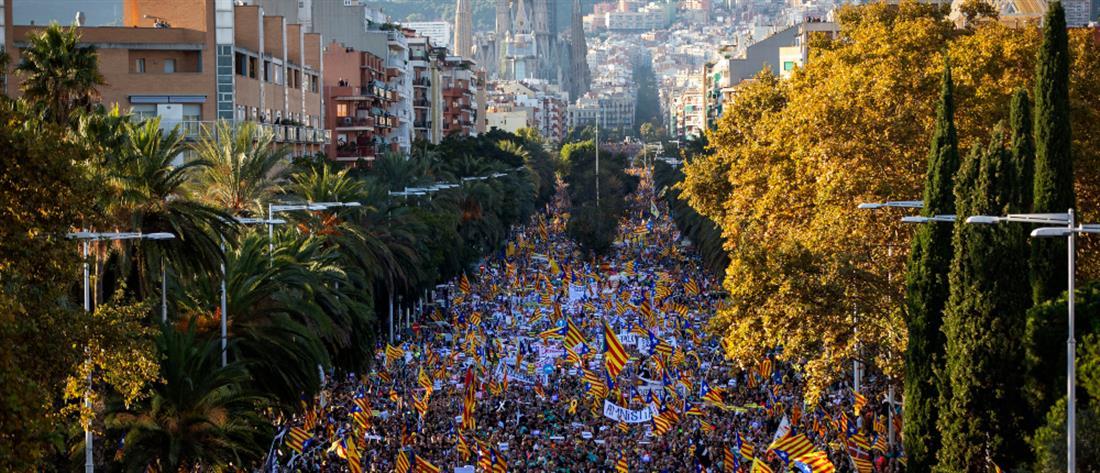 """""""Πλημμύρα"""" διαδηλωτών στη Βαρκελώνη (εικόνες)"""