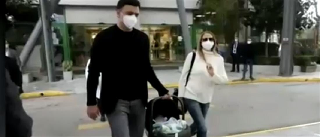 Κικίλιας και Μπαλατσινού επέστρεψαν στο σπίτι με τον γιο τους (βίντεο)
