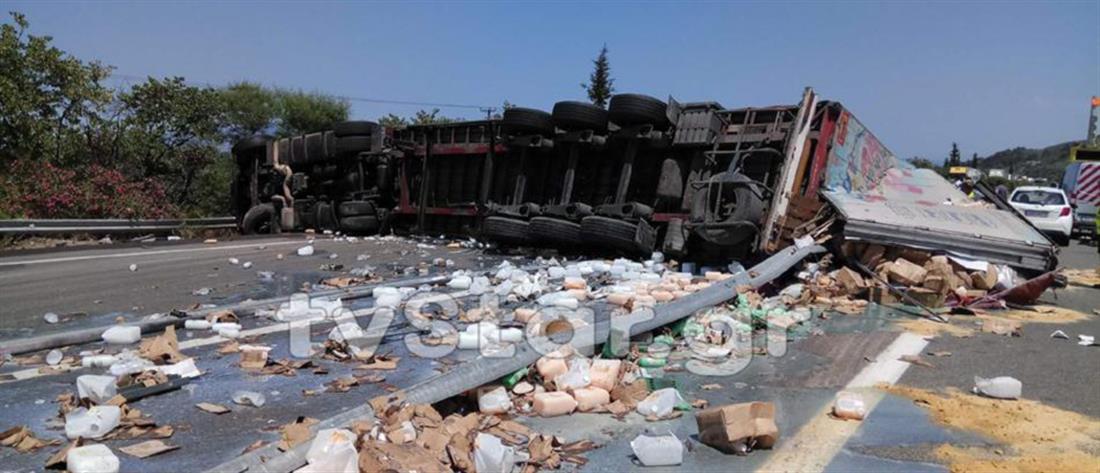 Ανατροπή νταλίκας στην Εθνική Οδό Αθηνών-Λαμίας (εικόνες)