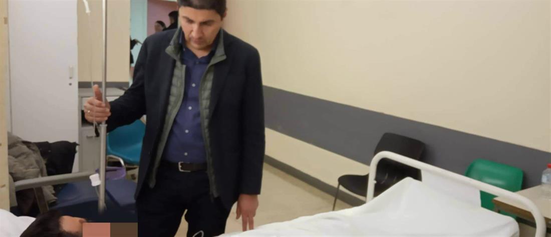 Ο Λευτέρης Αυγενάκης στο πλευρό του τραυματία διασώστη του ΕΚΑΒ