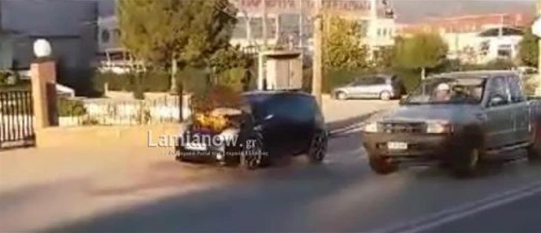 Αυτοκίνητο πήρε φωτιά εν κινήσει (βίντεο)
