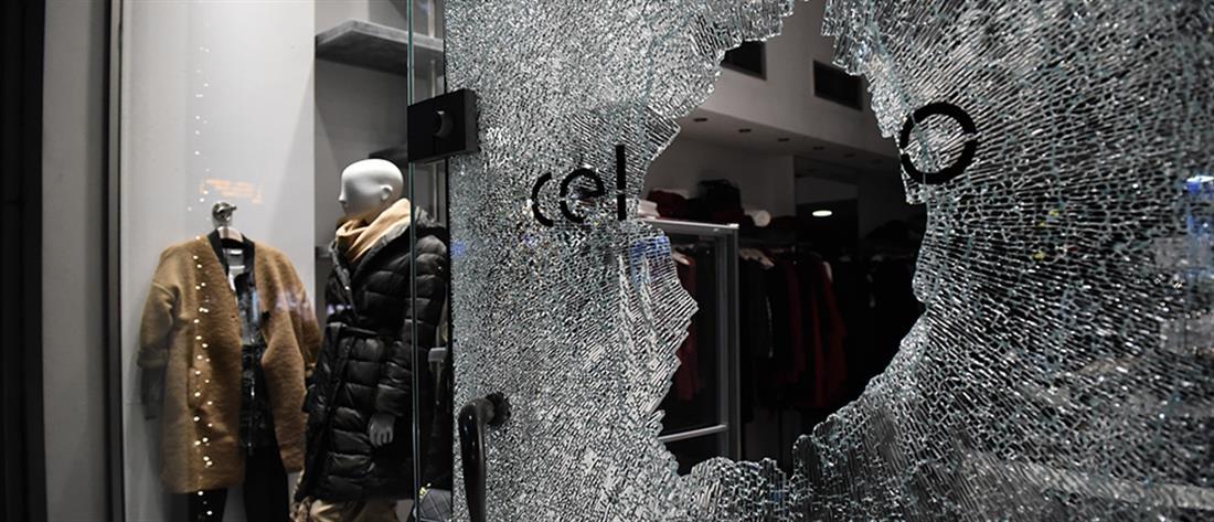 Κουκουλοφόροι έσπασαν βιτρίνες στο κέντρο της Θεσσαλονίκης (εικόνες)
