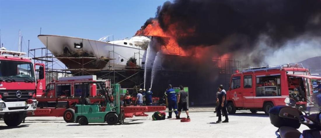 Σύρος: Φωτιά σε θαλαμηγό στις εγκαταστάσεις ναυπηγείου (βίντεο)