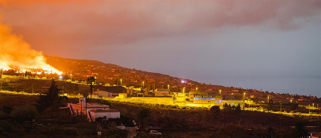 """Ηφαίστειο στη Λα Πάλμα: η λάβα """"καταπίνει"""" σπίτια στο πέρασμά της (εικόνες)"""