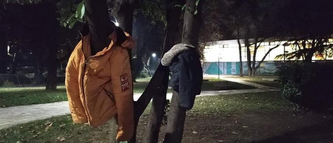 """Έδεσσα: """"στολίζουν"""" με μπουφάν και ζακέτες τα δέντρα"""