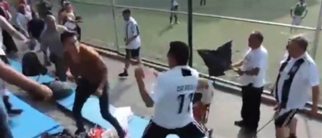 """Εικόνες ντροπής: Μπαμπάδες """"έπαιξαν"""" ξύλο σε παιδικό πρωτάθλημα ποδοσφαίρου (βίντεο)"""