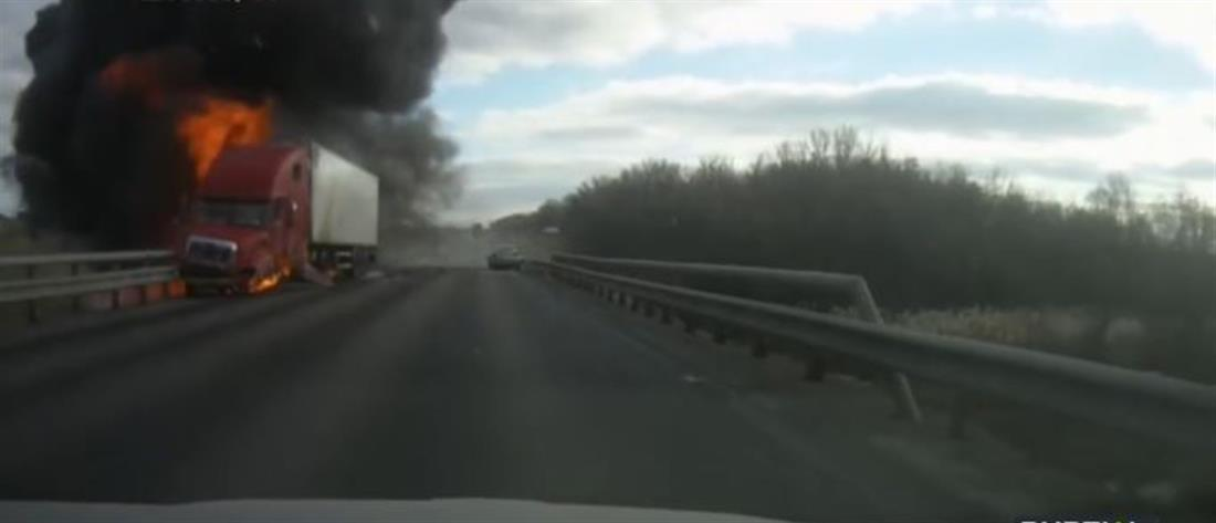 Νταλίκα τυλίχθηκε στις φλόγες μετά από σύγκρουση με ΙΧ (βίντεο)